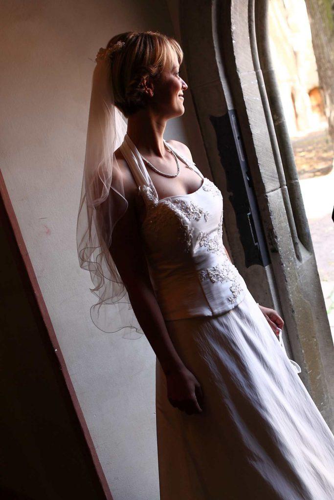 Braut steht in Tür