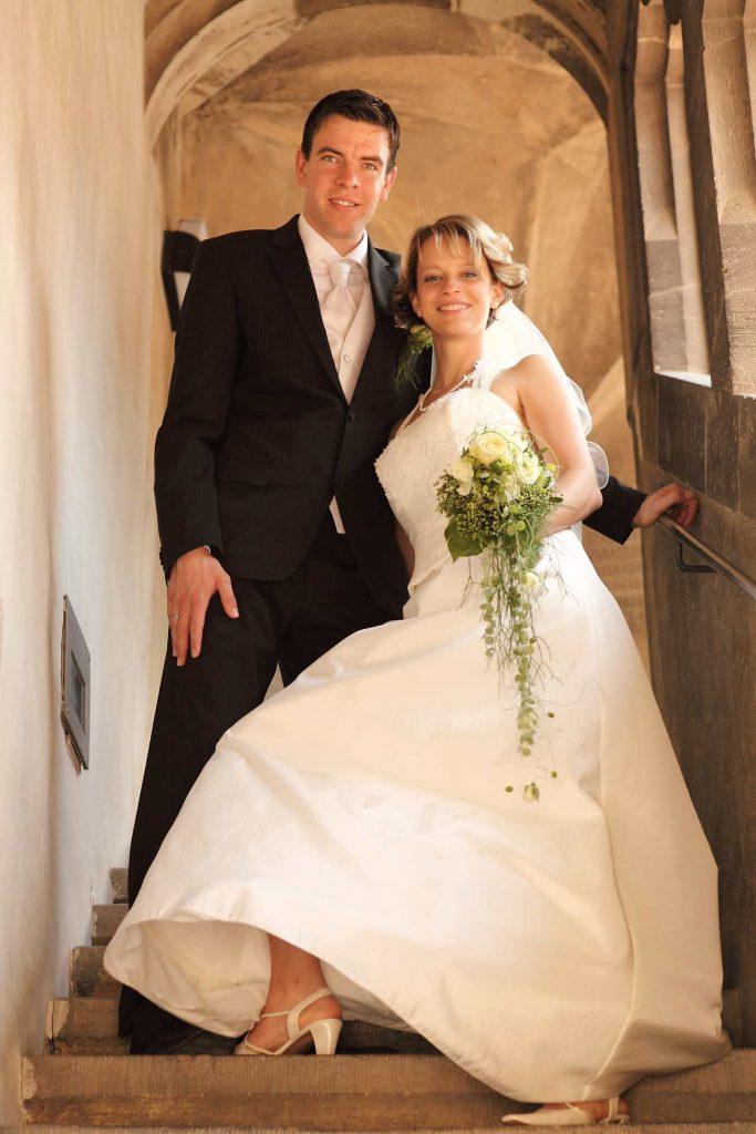 Brautpaar auf Treppe