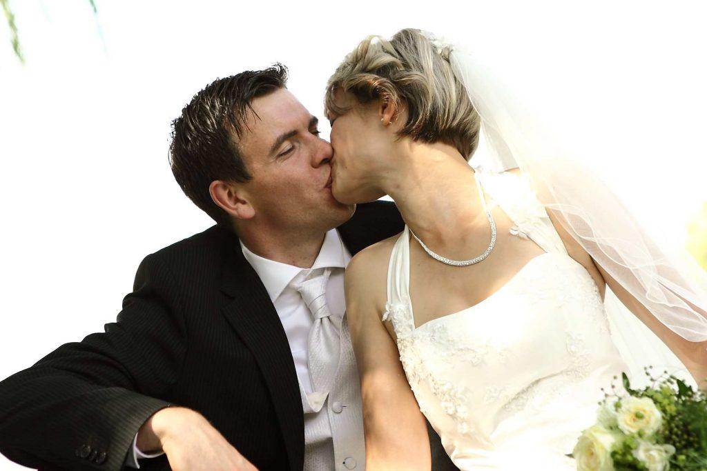 Kussfoto der Eleganten Hochzeit in Halle