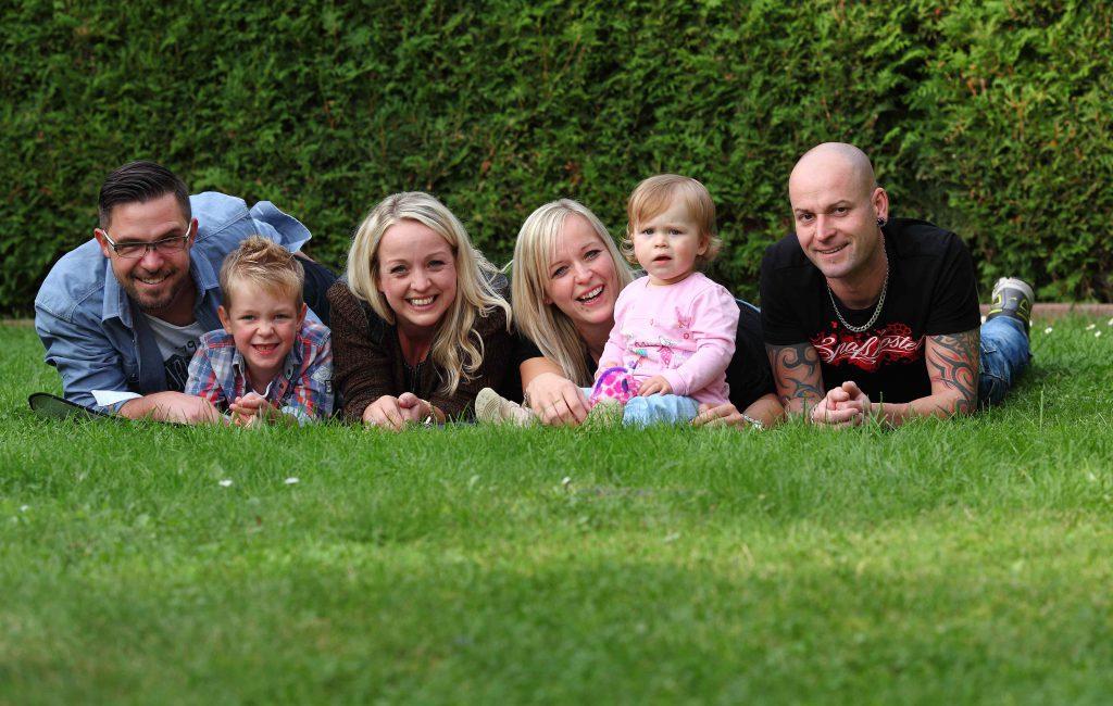 Familienfotos auf der grünen Wiese
