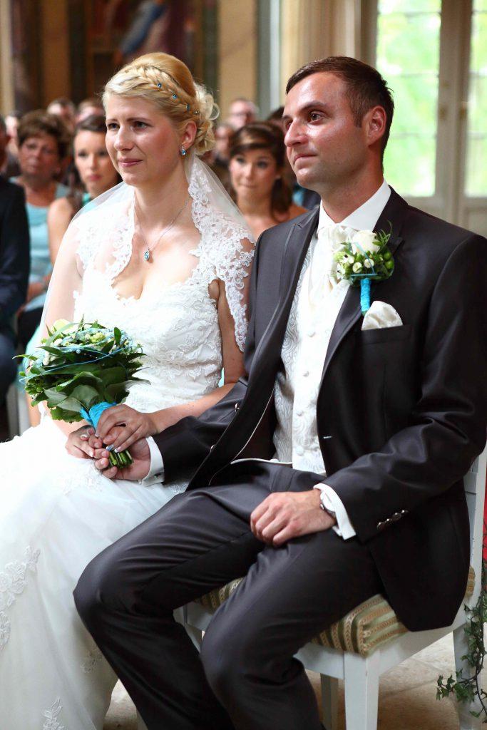 Brautpaar sitzend auf Stühlen