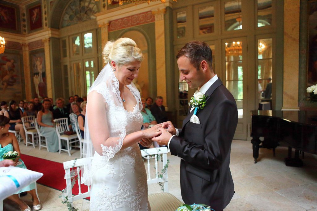 Brautpaar tauscht Ringe