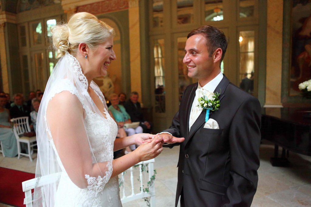 Brautpaar tauscht Ringe und lacht