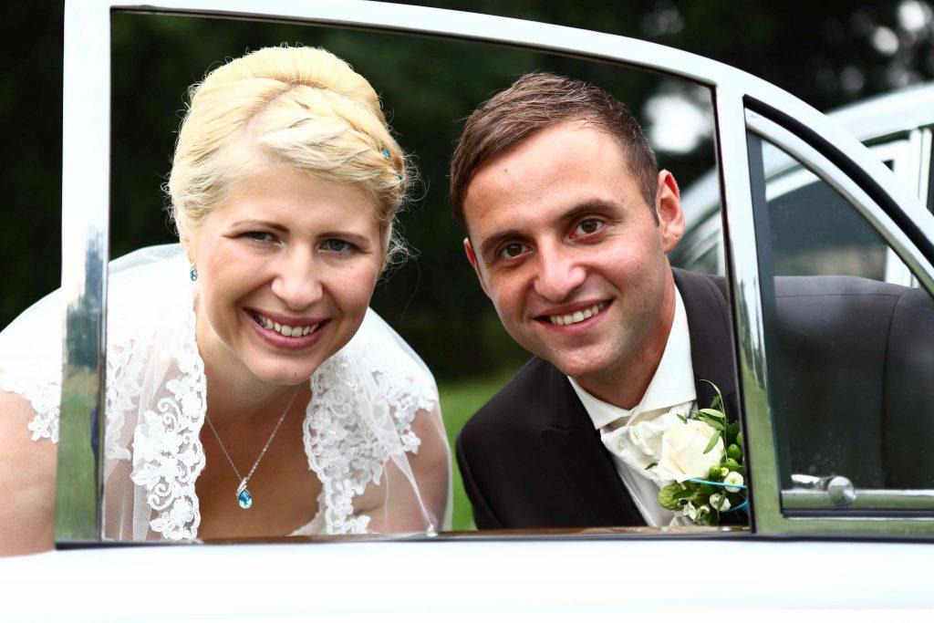 Brautpaar im Autoscheibenrahmen