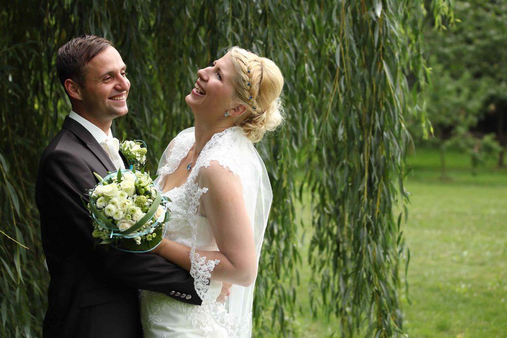 Brautpaarfoto - unter einer Weide