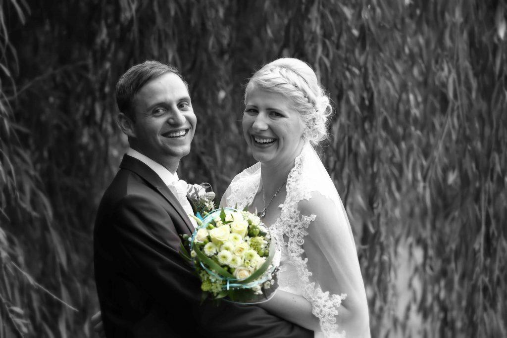 Brautpaarfoto - lachend unter einer Weide