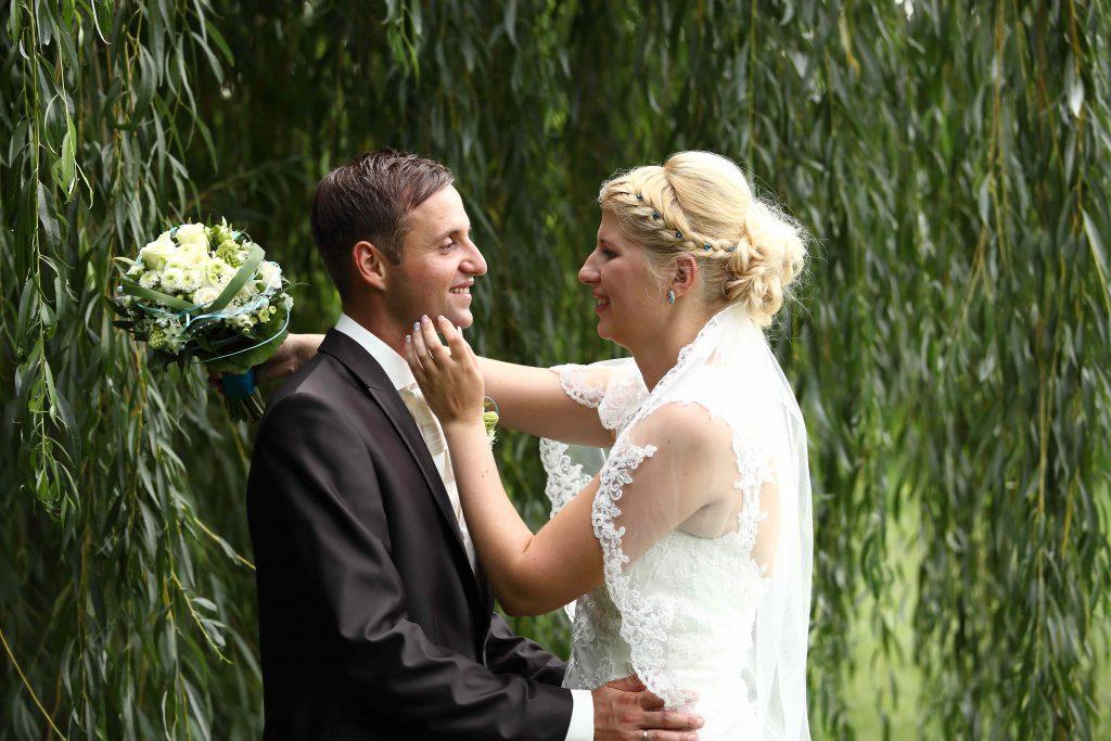Brautpaarfoto - zärtlich unter einer Weide