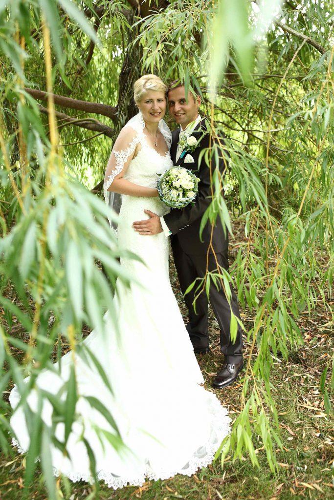 Brautpaarfoto - unter einer Weide - farbig
