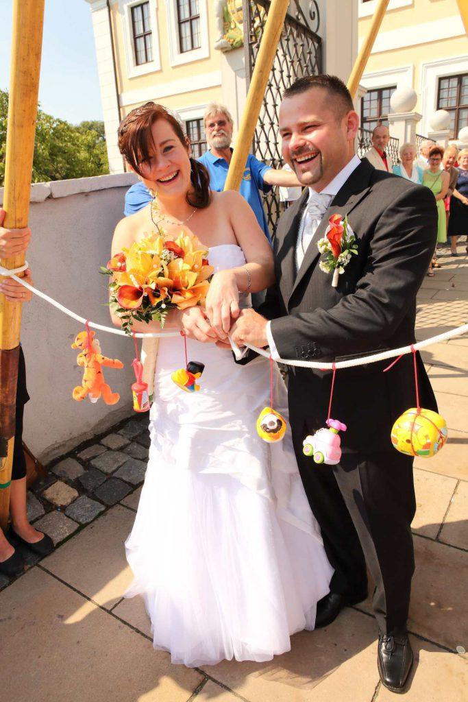 Hochzeit in Delitzsch - Brautpaar verlässt das Barockschloss