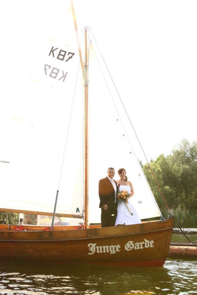 Hochzeit in Delitzsch - Paar steht auf Boot