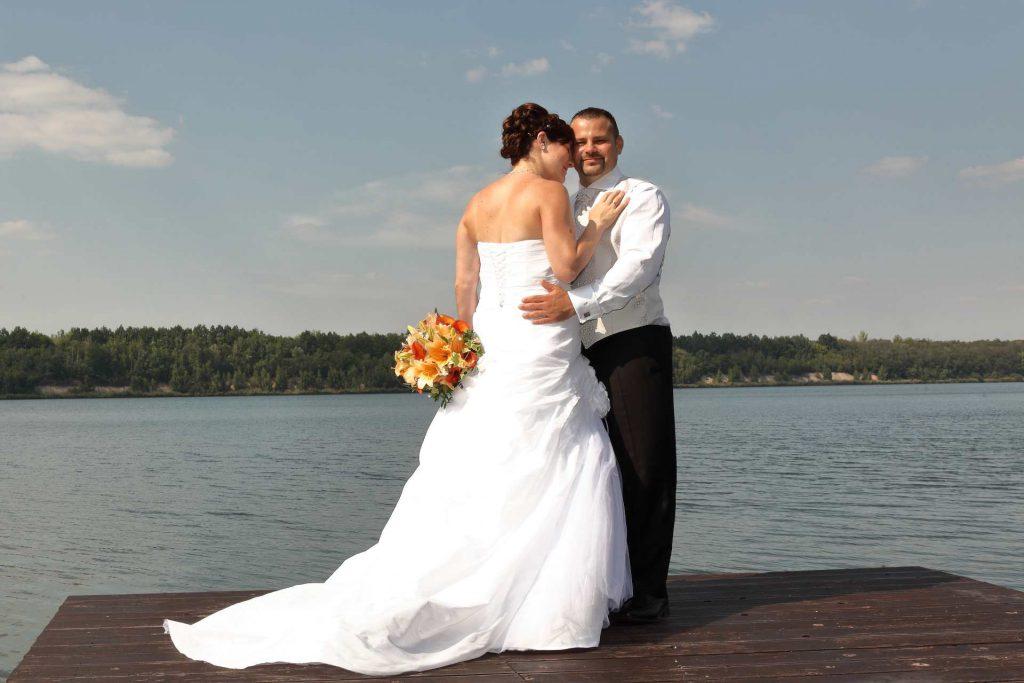 Hochzeit in Delitzsch - Paar auf Anlegeplattform