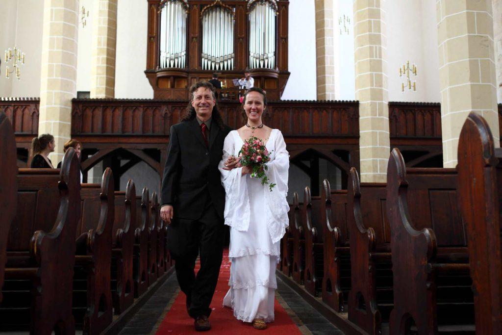 Hochzeit in der Delitzscher Stadtkirche - Brautpaar beim Einmarsch