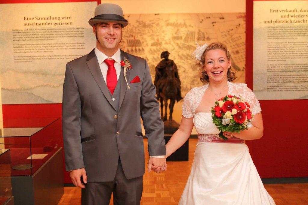 Brautpaar lächelt in Kamera