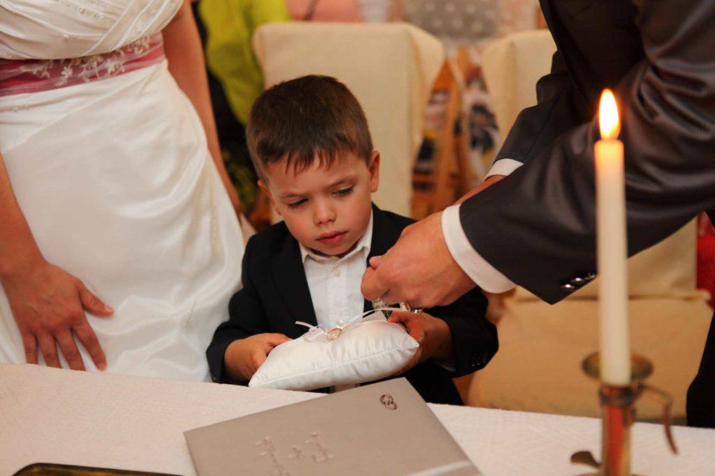 Kind bekommt Ring