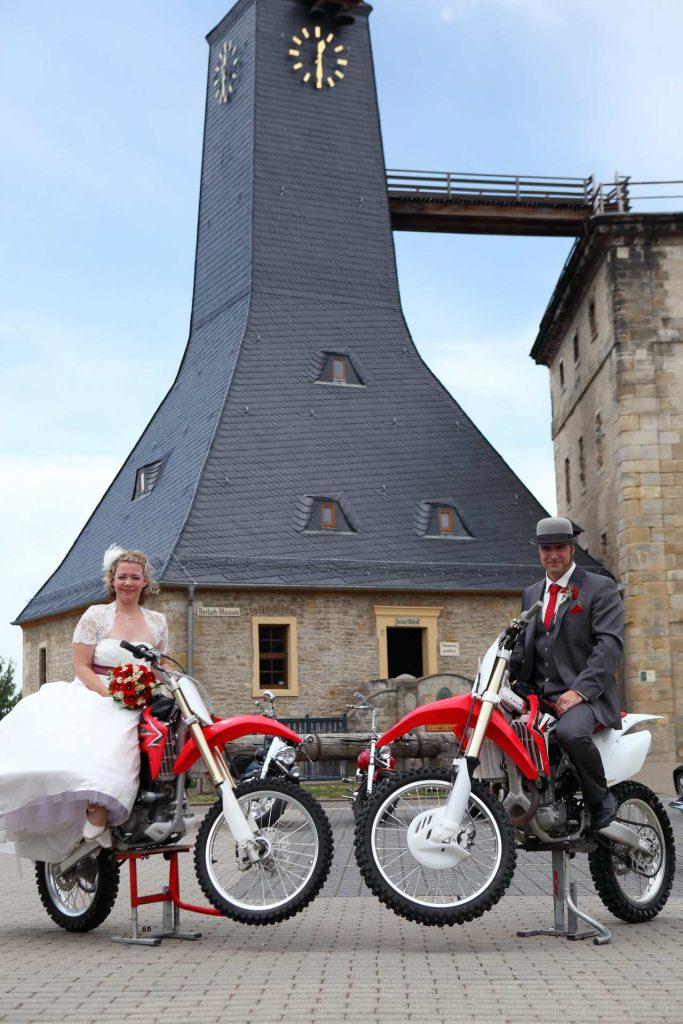 Brautleute auf Motorrädern