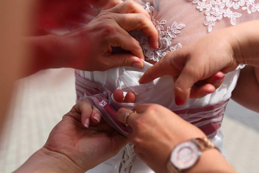 Brautkleid wird geschnürt