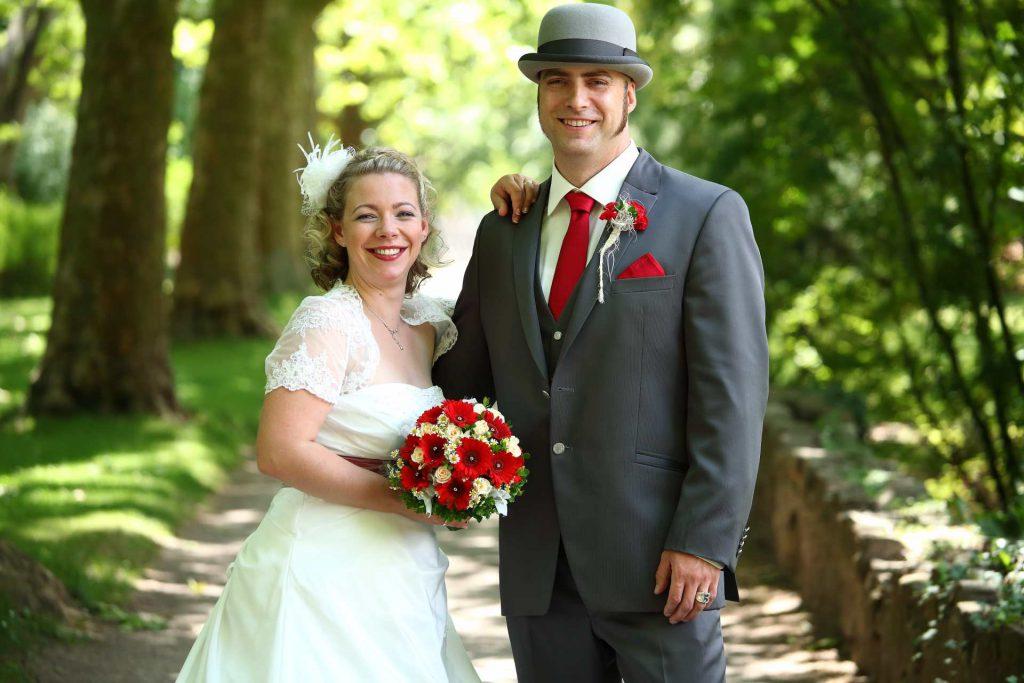 Brautpaar lächelt stehend in die Kamera