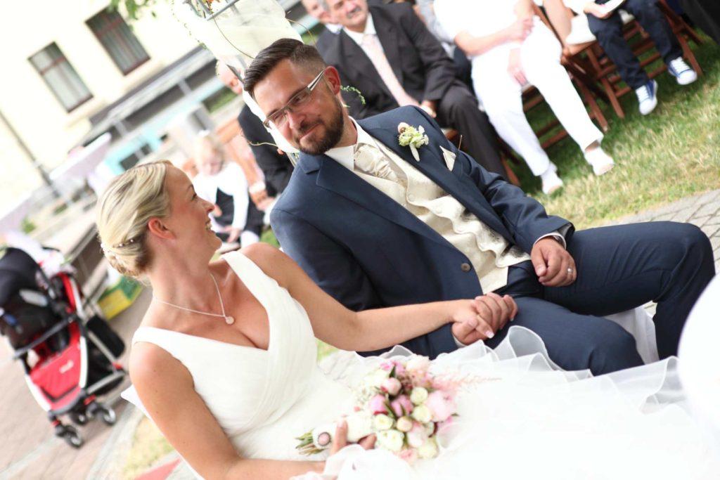Brautpaar hält Händchen