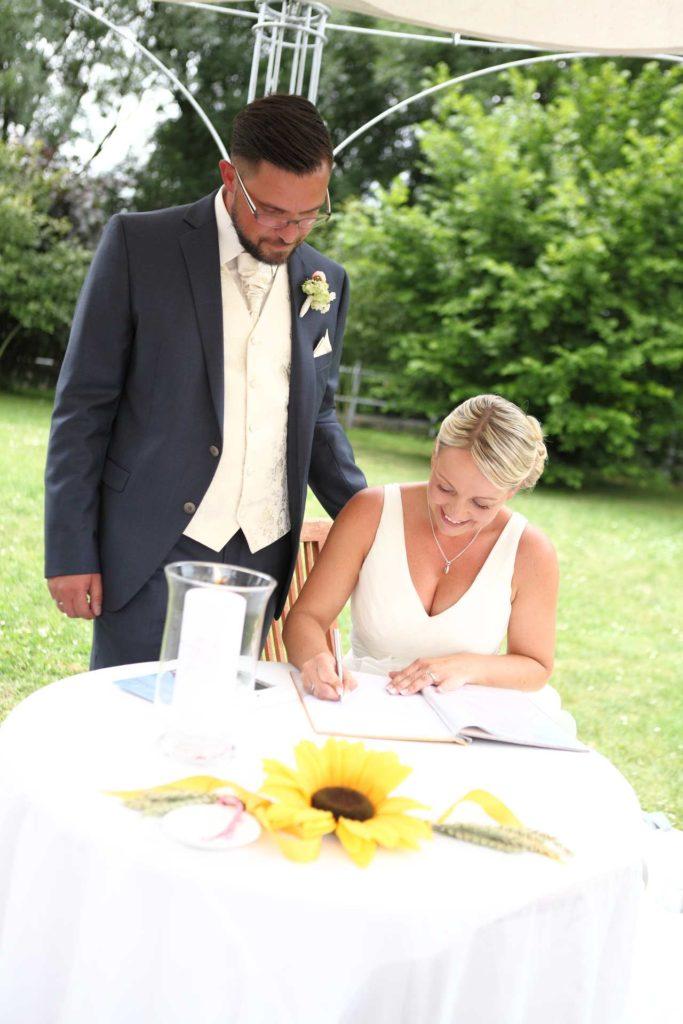 Braut unterschreibt