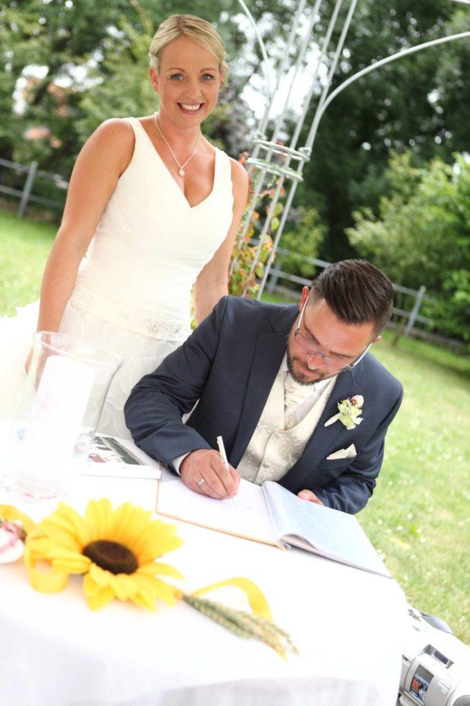 Bräutigam unterschreibt