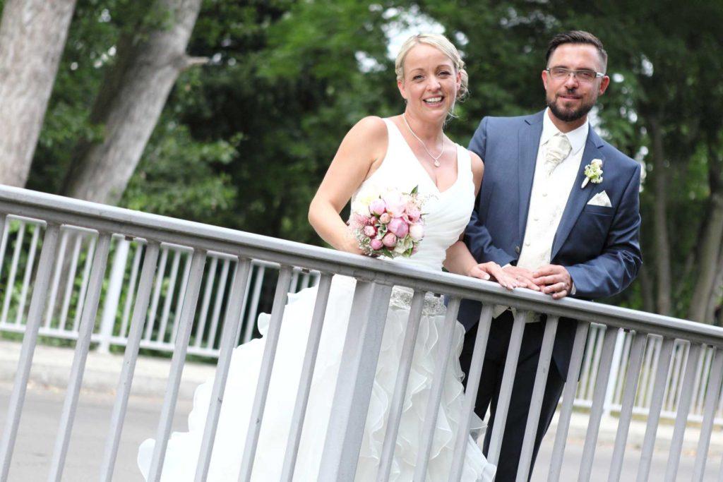 Hochzeitspaar an Brücke