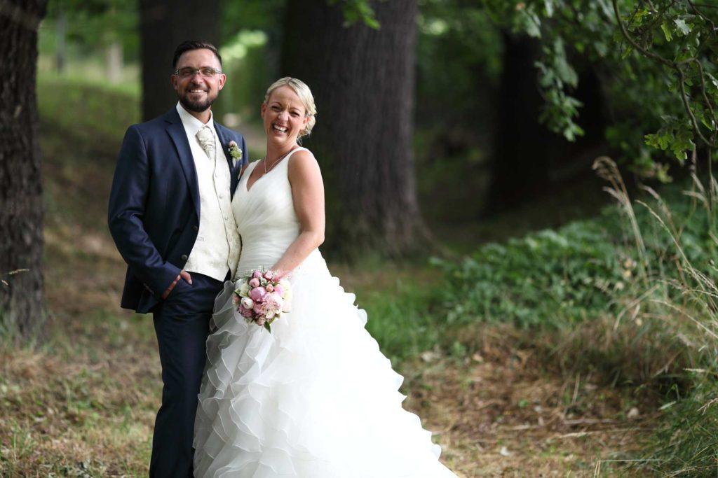 Hochzeitspaar stehend links