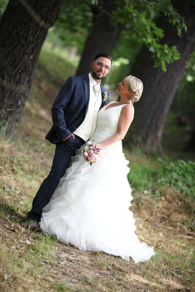 Braut schaut Bräutigam an