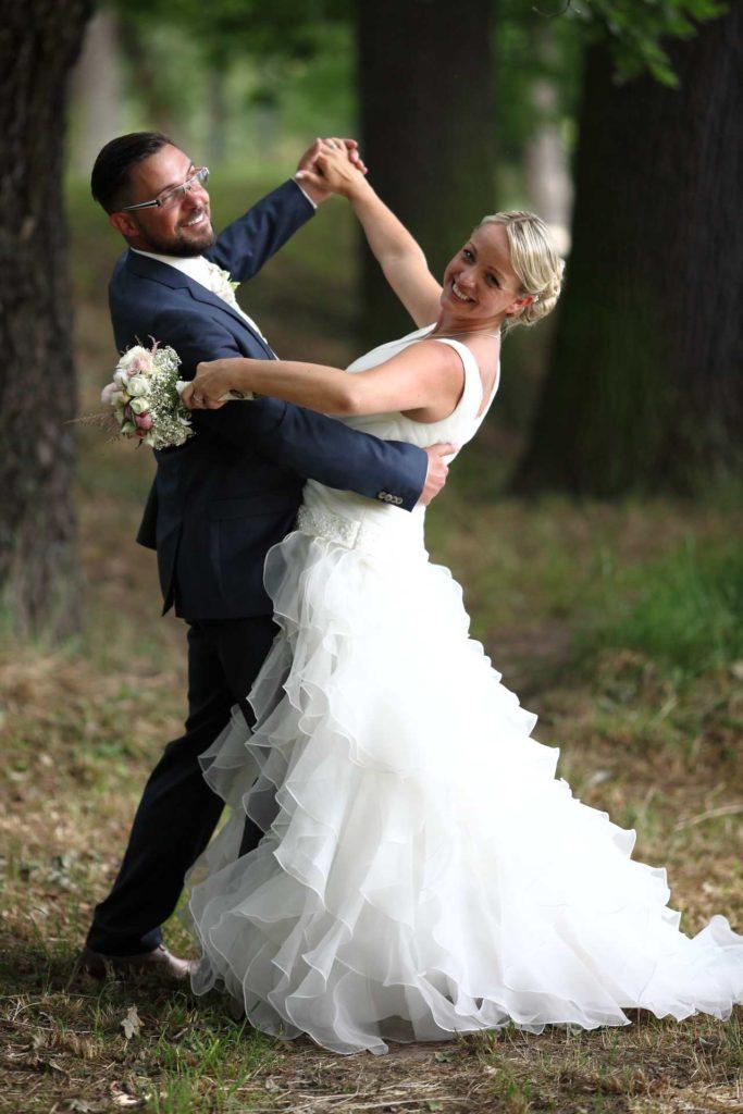 Hochzeitspaar in Tanzhaltung