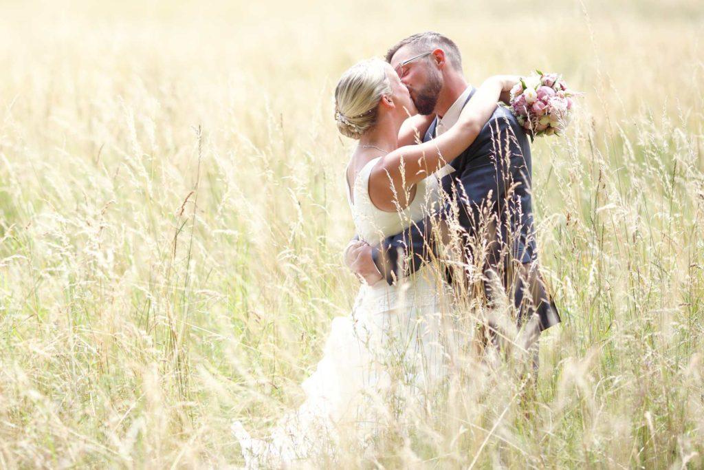 Hochzeitspaar im hohen Gras