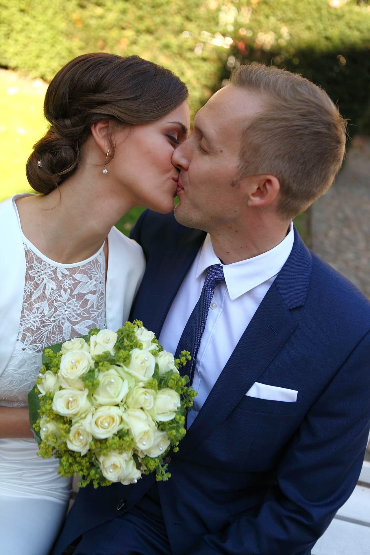Hochzeitsfotos in Leipzig - Hochzeitspaar küsst sich