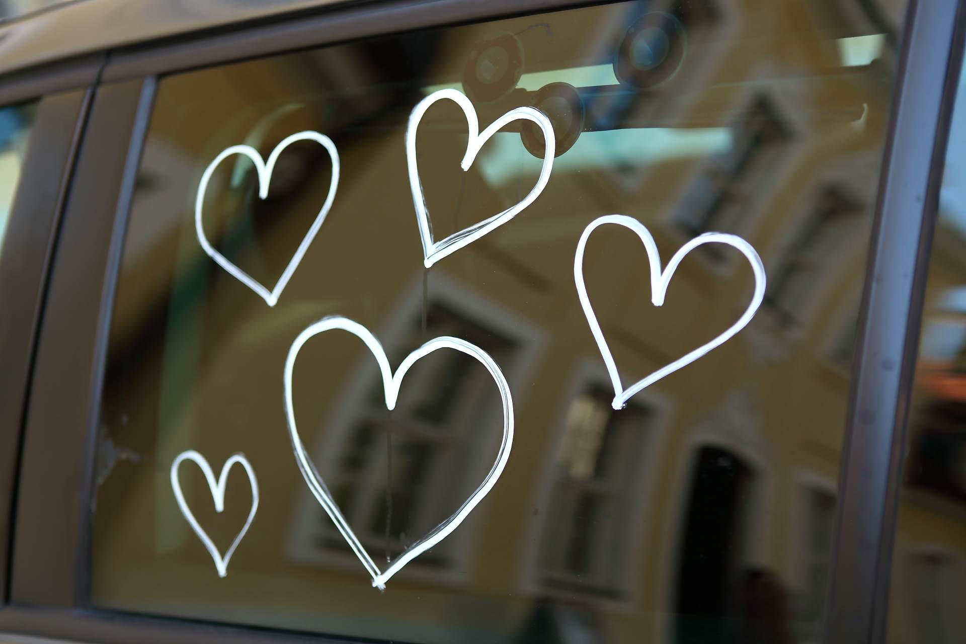 Hochzeitsfotos in Leipzig - Herzen auf einer Autoscheibe