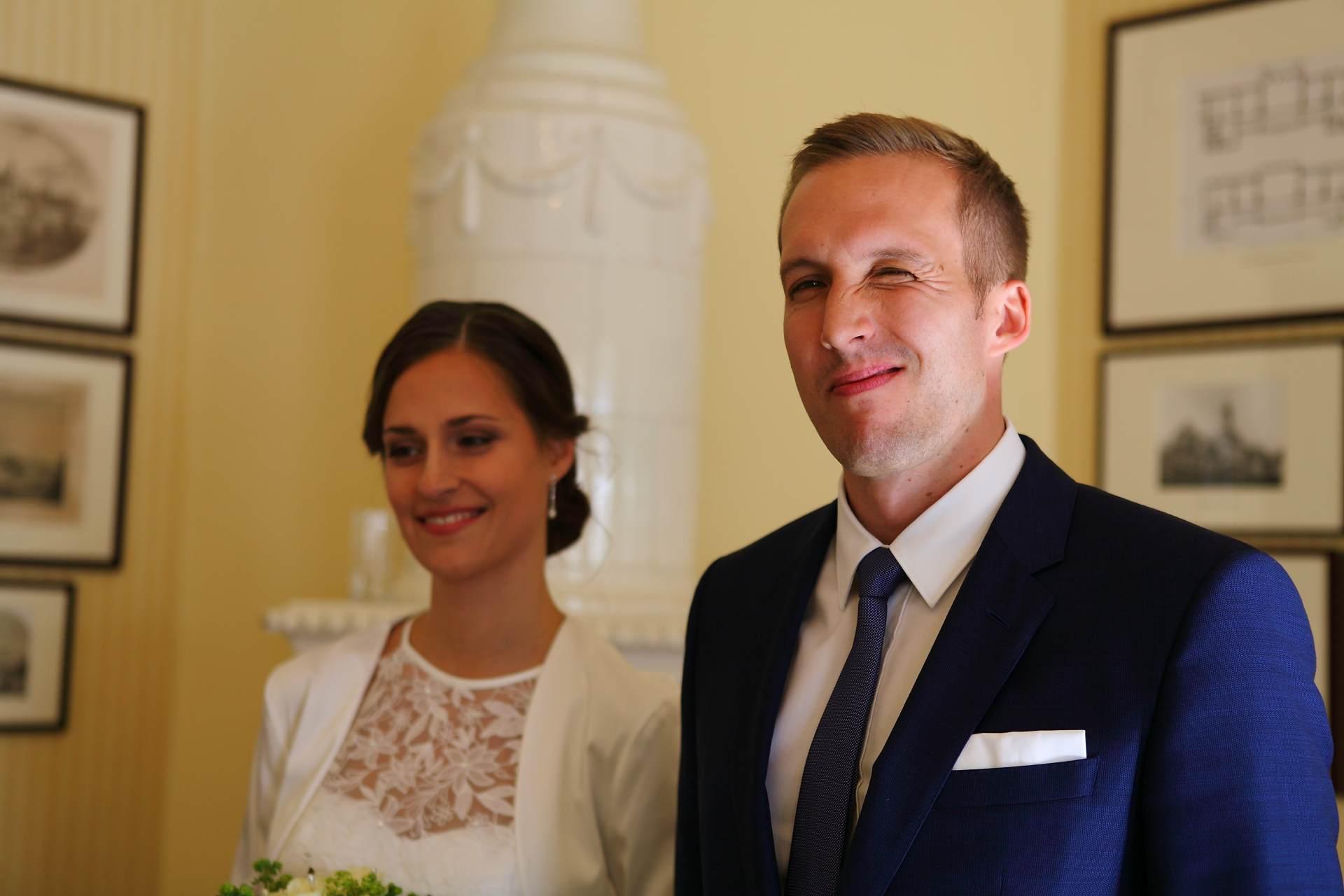 Hochzeitsfotos in Leipzig - Bräutigam lächelt in Kamera