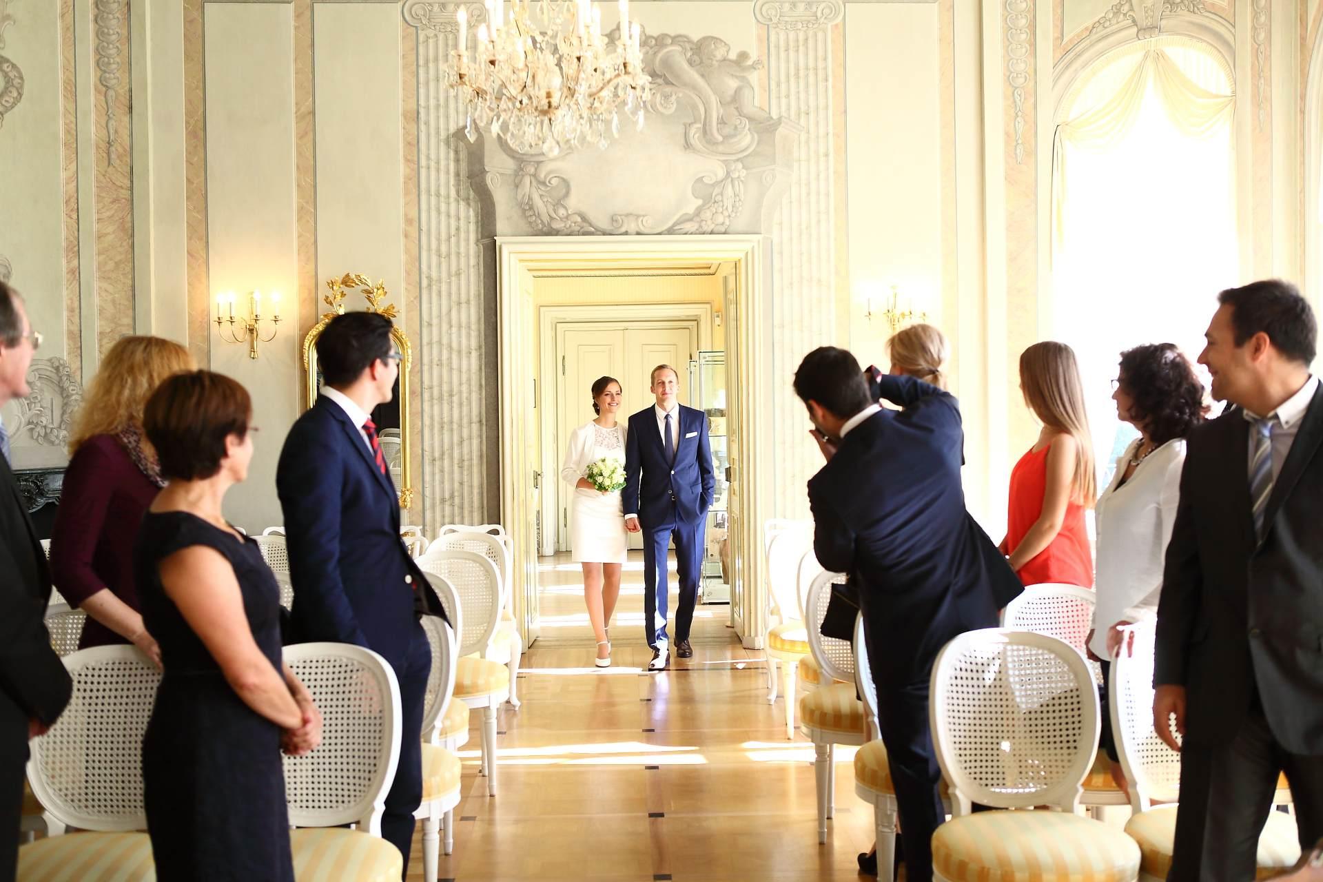 Hochzeitsfotos in Leipzig - Hochzeitspaar betritt den Saal