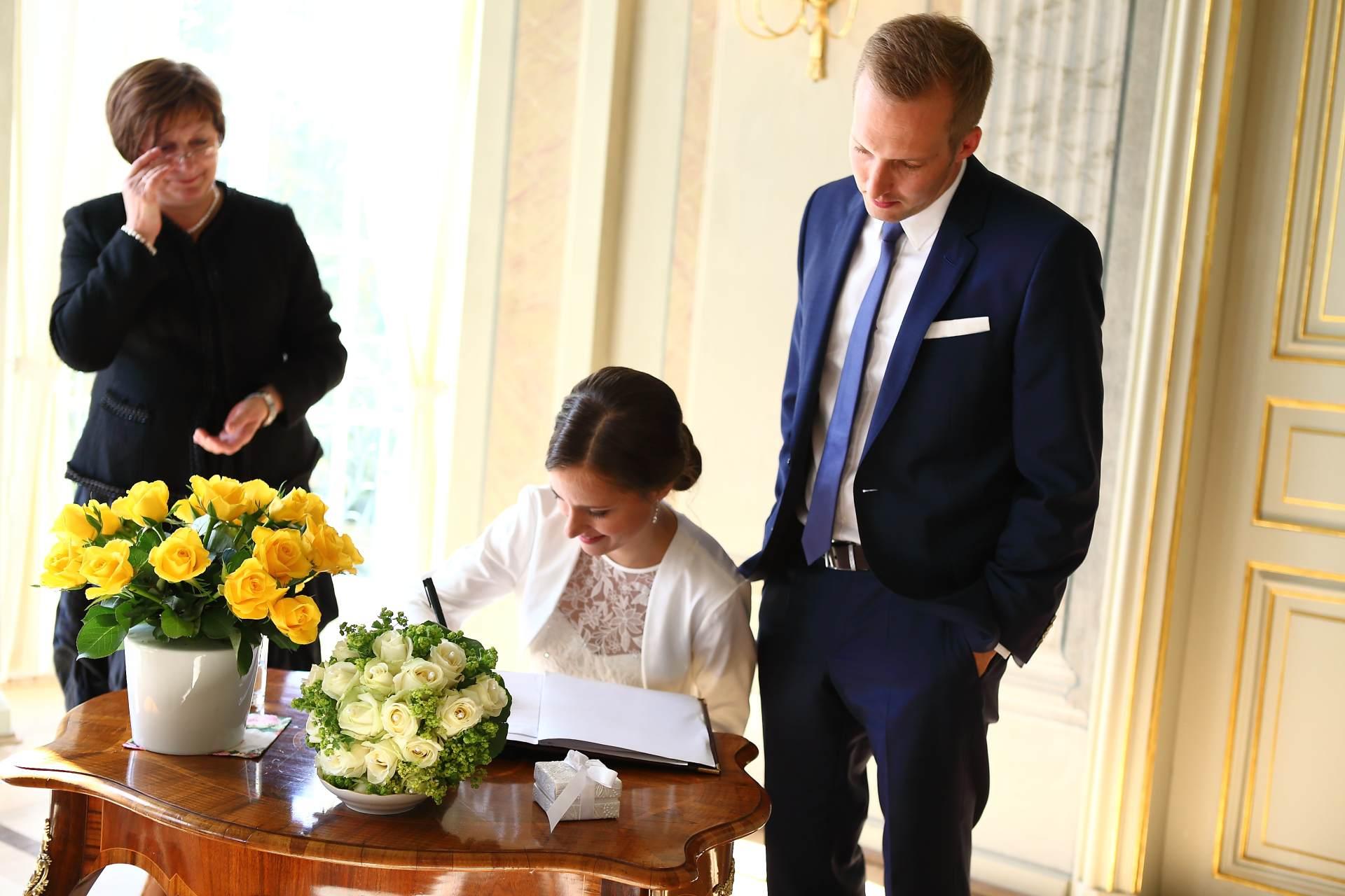 Hochzeitsfotos in Leipzig - Unterzeichnung der Heiratsurkunde