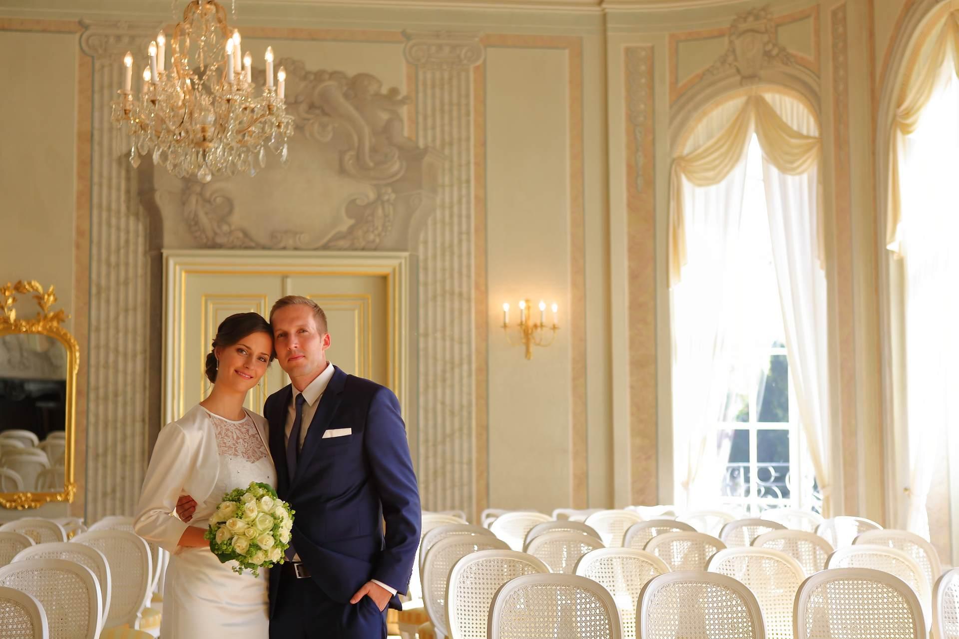 Hochzeitsfotos in Leipzig - Hochzeitspaar zwischen den Stühlen