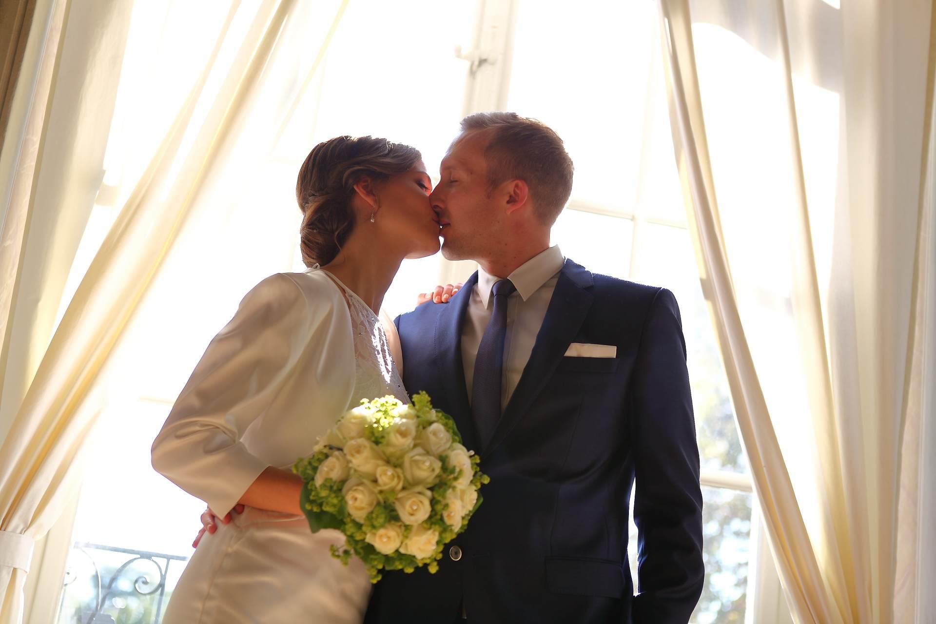 Hochzeitsfotos in Leipzig - Hochzeitspaar mit Brautstrauß