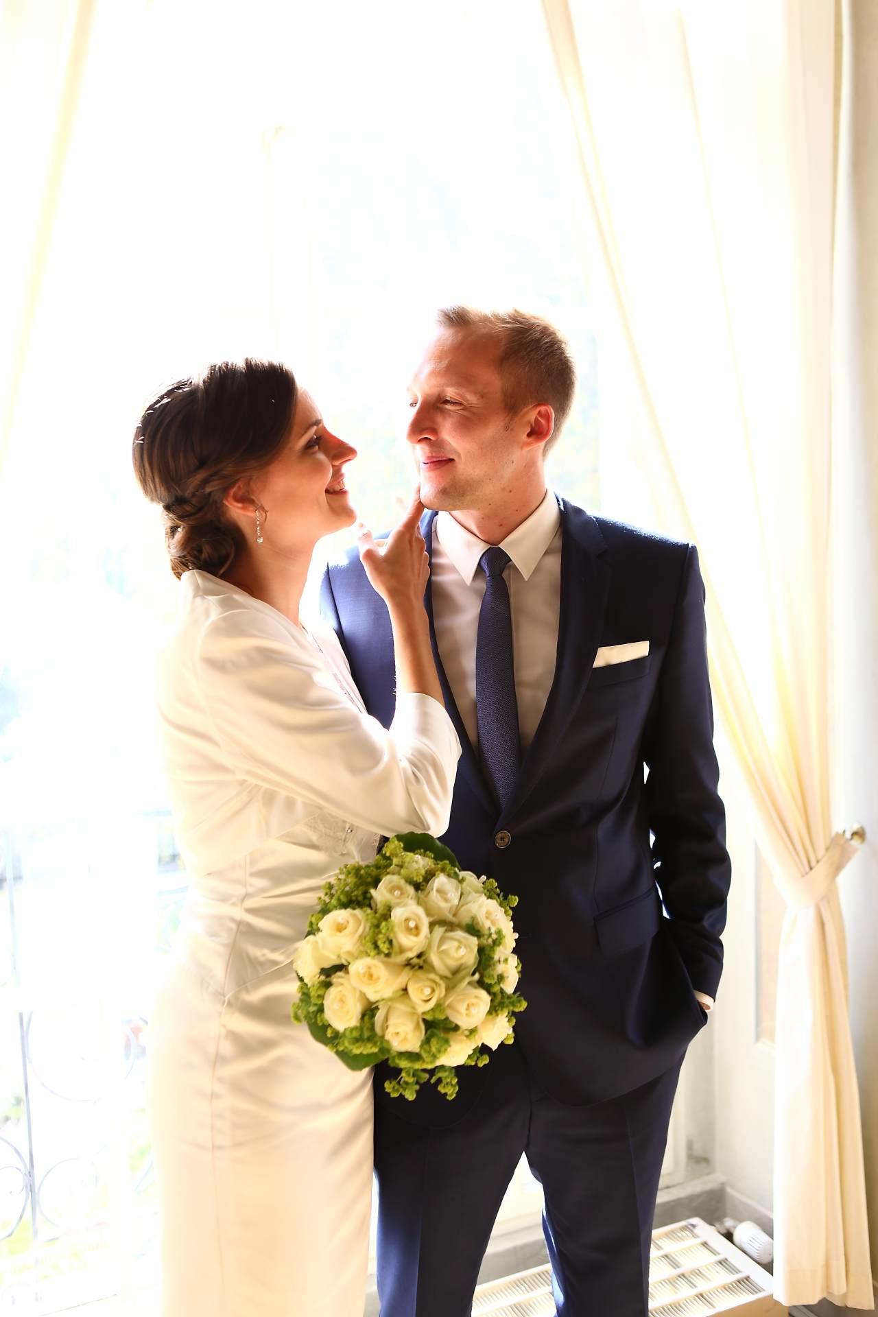 Hochzeitsfotos in Leipzig - Braut streichelt Bräutigam über die Wange