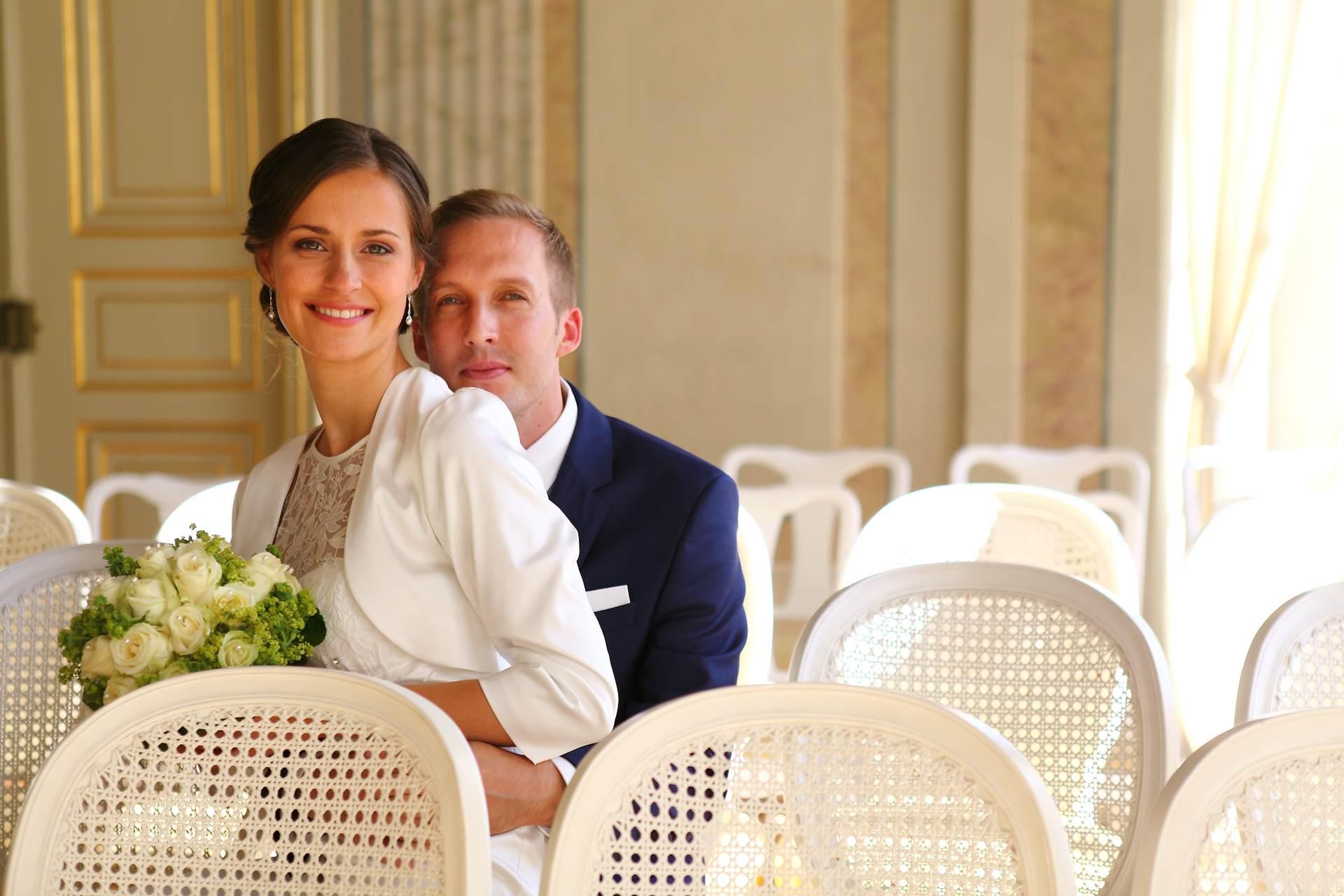 Hochzeitsfotos in Leipzig - Hochzeitspaar sitzt auf einem Stuhl