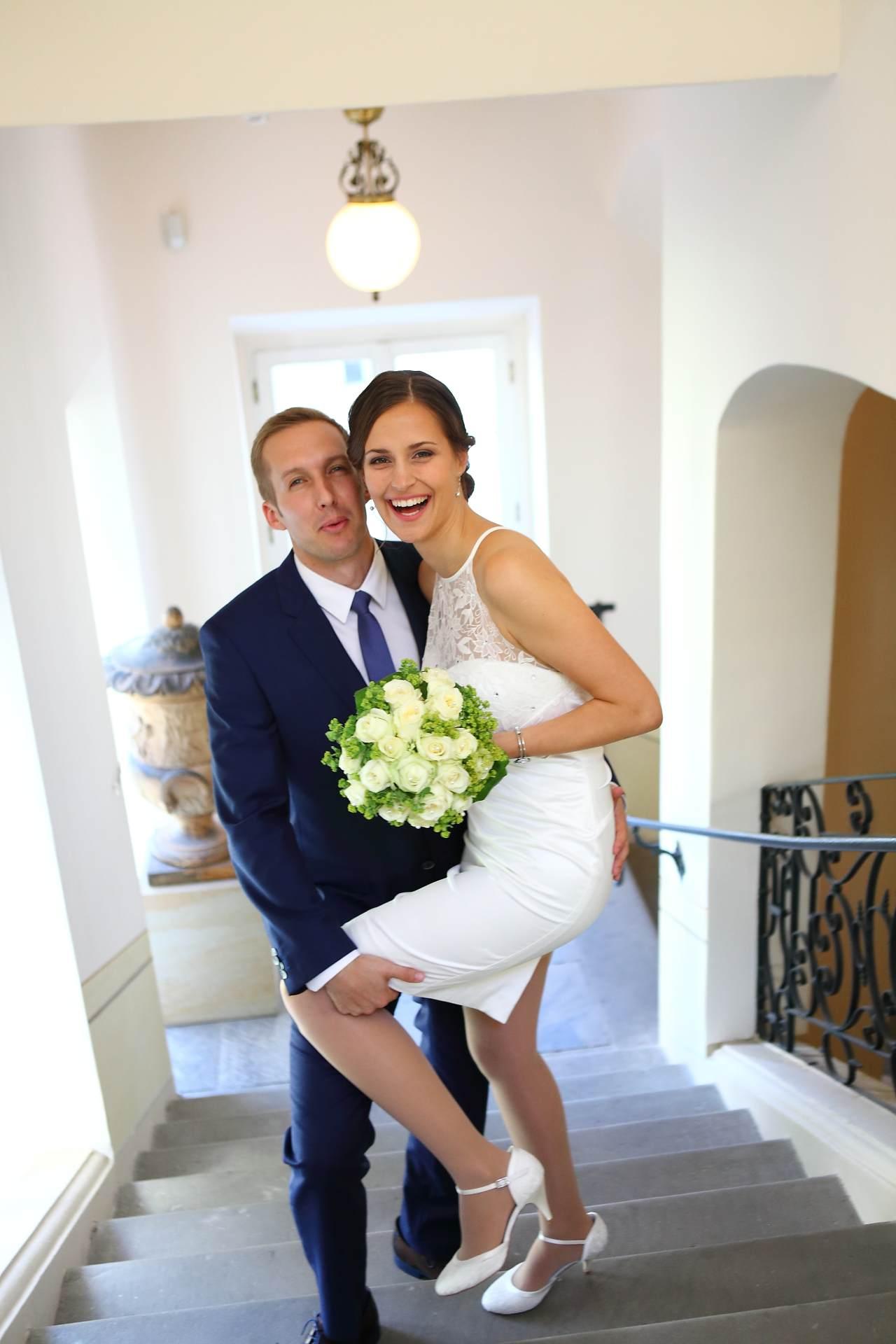 Hochzeitsfotos in Leipzig - Hochzeitspaar auf Treppe