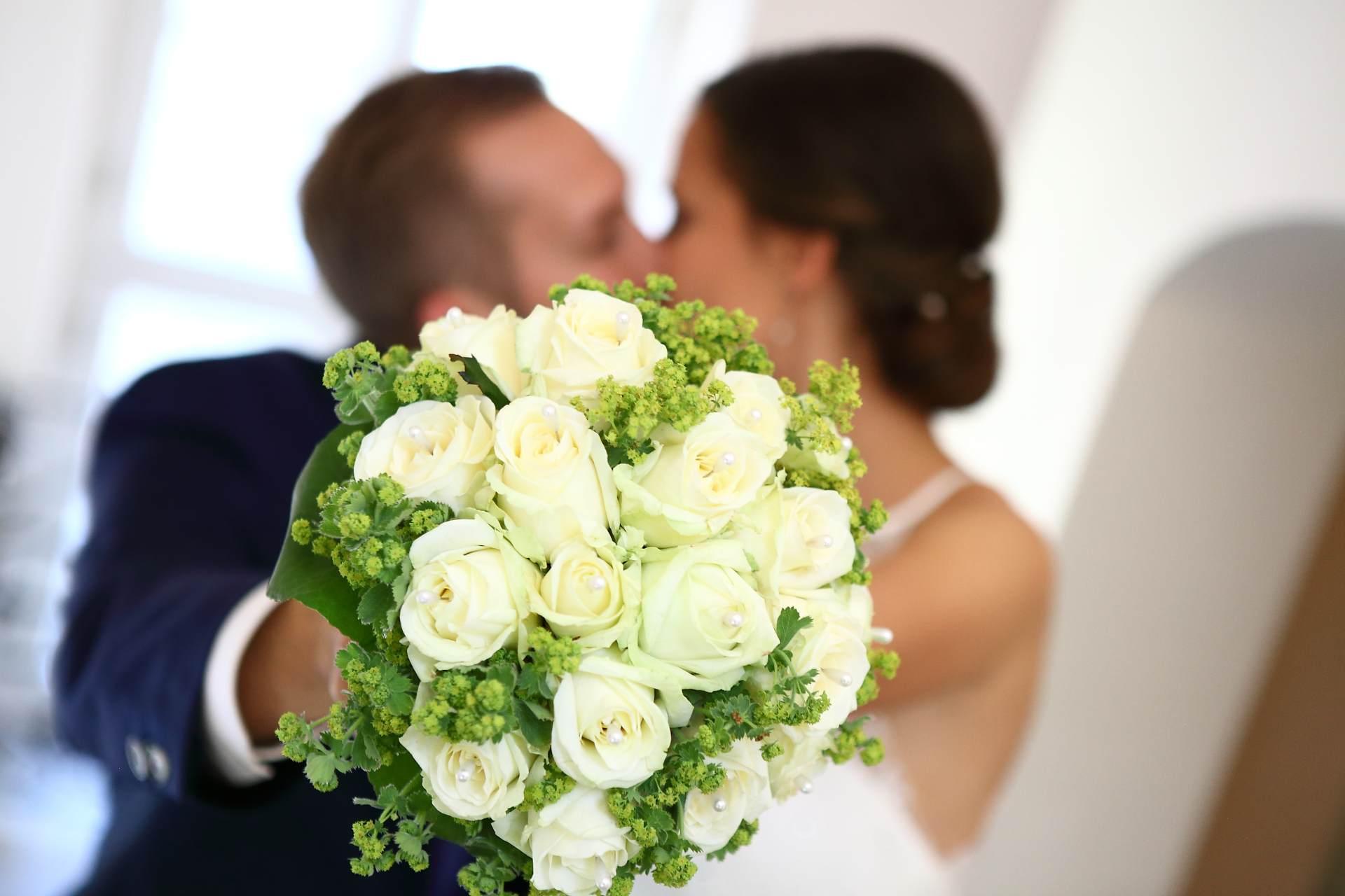 Hochzeitsfotos in Leipzig - Brautstrauß wird in die Kamera gehalten
