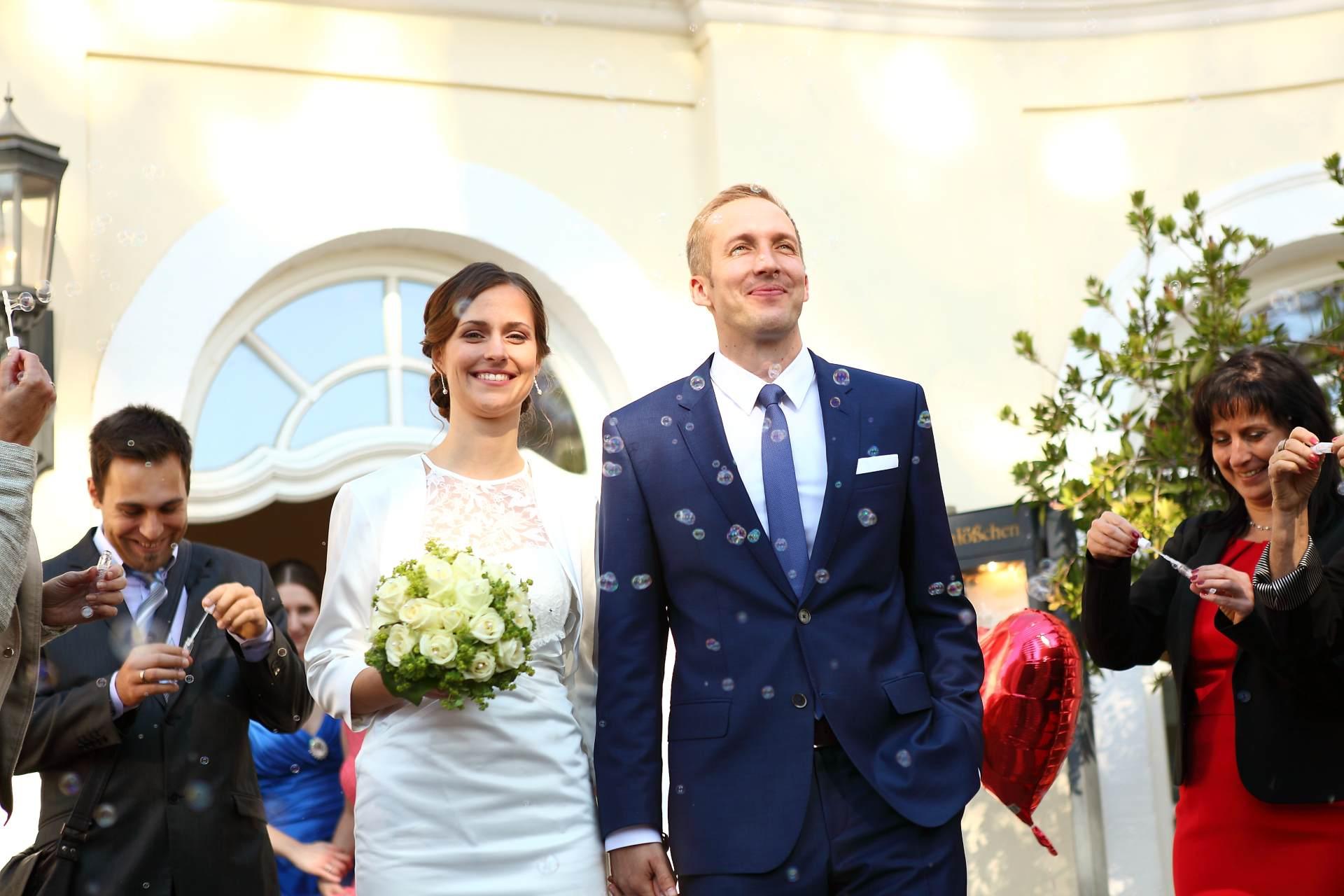 Hochzeitsfotos in Leipzig - Hochzeitspaar im Seifenblasenregen
