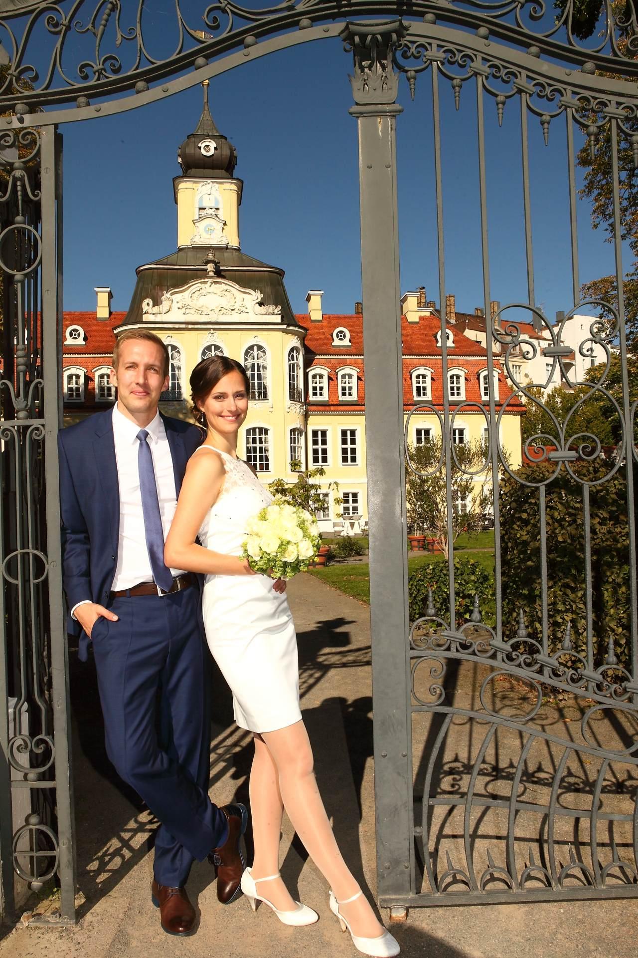 Hochzeitsfotos in Leipzig - Hochzeitspaar in der Sonne vor dem Schloss