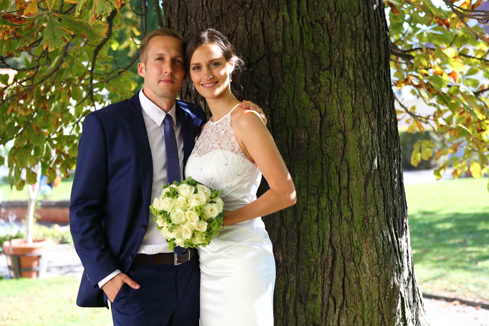 Hochzeitsfotos in Leipzig - Hochzeitspaar an einem Baum