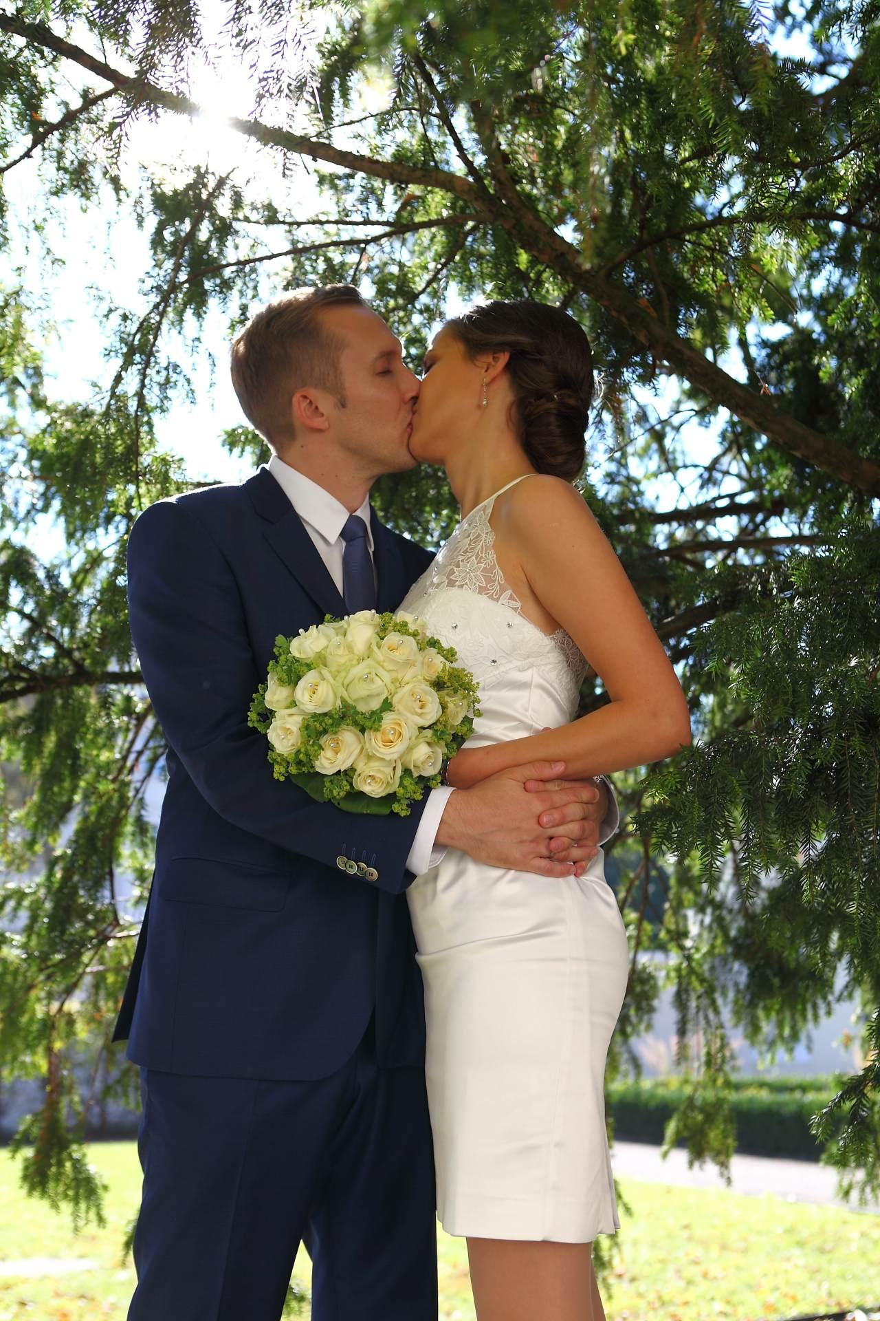 Hochzeitsfotos in Leipzig - Hochzeitspaar unter einer Tanne